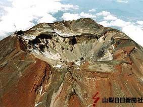 富士山頂。富士山測候所(左)、浅間大社奥宮(中央下)、山梨県吉田口登山道(右)が見える。(2002年10月撮影)