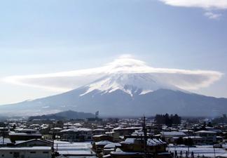 富士吉田市から見えた2種類の笠雲がかかった富士山