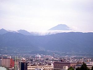 御坂山塊の稜線沿いに現れた滝雲。山梨県内上空の天気の境面になってできた=甲府市内から