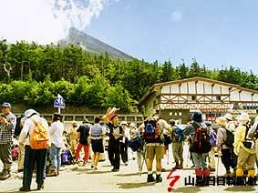 富士山頂までちょうど半道中の5合目。登山シーズンは大勢の登山客でにぎわう