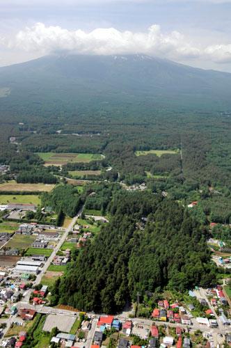 北口本宮冨士浅間神社(写真手前の森)から吉田口登山道が富士山へ延びる(山日YBSヘリ「ニュースカイ」(NEWSKY)から