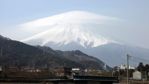 山頂にかかる雲(上)