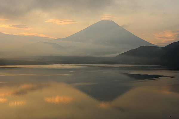 本栖湖北西岸から望む富士山