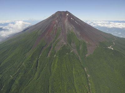荘厳な山容を見せる富士山