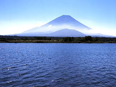 精進湖から望む富士山