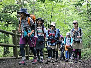 """富士山の世界文化遺産登録が決定した日に、1~5合目のトレッキングを楽しむ""""山ガール""""ら=富士山2合目付近"""