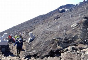 崩落現場を歩く登山客