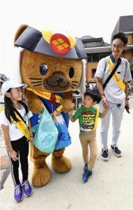 子どもたちとごみを拾う、県の観光PRキャラクター「武田菱丸」=富士山5合目
