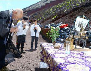 聖徳太子像を祭り、法要をする渡辺英道住職ら=富士山8合目