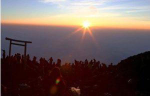 御来光を眺める登山者=富士山頂