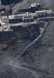 落石事故が発生した富士山頂付近=山日YBSヘリ「ニュースカイ」(NEWSKY)から
