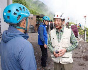 ヘルメットの貸し出しなどを行う安全指導センターを視察する堀内茂市長=富士山6合目