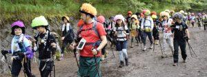 アフロ姿で登山をする参加者=富士山5合目