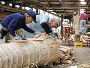 吉田の火祭りで使うたいまつを製作する職人=富士吉田市新西原2丁目