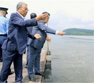安全祈願や水難者の供養をする地元関係者=山中湖村平野