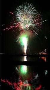夜空と湖面を鮮やかに彩る花火=山中湖村平野