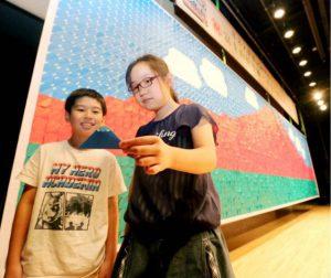 モザイクアートに使われた折り紙=忍野村民ふれあいホール