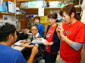 24時間体制で傷病者に対応している医師や看護師ら。外国人登山者とのコミュニケーションのため、今シーズンから多言語通訳機「ポケトーク」を導入した=富士山8合目