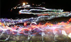 富士山頂を目指す登山者のヘッドライトの光跡。御来光を拝もうと、夜明け前から多くの登山者が歩みを進めていた=富士山8合目(74秒露光)