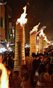 街並みを赤々と染める大たいまつの炎=富士吉田市内