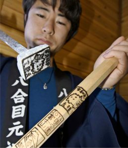 元祖室で押している「令和」とえとをデザインした焼き印=富士山8合目