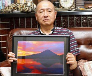 富士山の写真を撮り続けている渡辺英一さん=富士吉田市上吉田5丁目