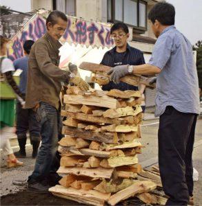 たいまつを井桁状に組み上げる人たち=富士吉田市内