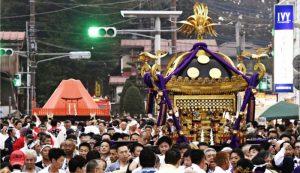 御旅所(おたびしょ)に向かう「明神神輿(みこし)」(右)と「おやま神輿」