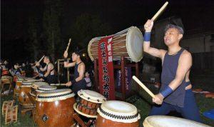 祭りの雰囲気を盛り上げる太鼓の演奏