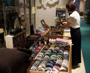 郡内織物を使ったネクタイなどが並ぶ企画販売「郡内からうまれる織物」=甲府・D&DEPARTMENT山梨店