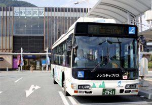 音声案内を多言語化した路線バス=JR石和温泉駅前