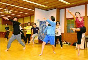 コンテンポラリーダンスを体験する参加者=山中湖村山中