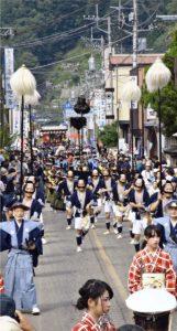 城下町の雰囲気を再現した大名行列。沿道は多くの観光客らでにぎわっていた=都留市内