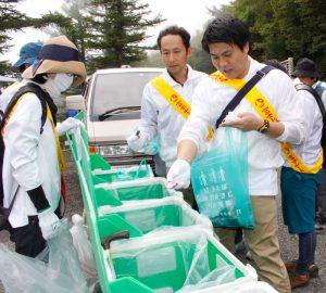 拾ったごみを回収ボックスに入れる参加者=富士山5合目