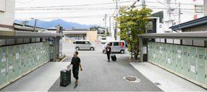 外国人観光客向けのコインロッカー。インドネシアから訪れたグループが荷物を預けていた=富士河口湖町船津