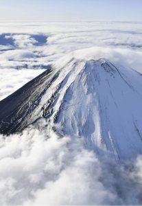 初冠雪が観測された富士山=山日YBSヘリ「ニュースカイ」(NEWSKY)から