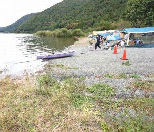 湖の水位が上がり、テントを張れるスペースが減ったキャンプ場=富士河口湖町西湖