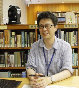 富士北麓地域を訪れる観光客の周遊行動について調査した藤野正也研究員=富士吉田・県富士山科学研究所