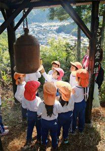 鐘を鳴らす園児=西桂町下暮地