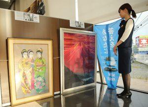 冨山武男さんの作品が並ぶ店内=富士吉田市ときわ台2丁目