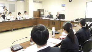 「富士山と日本人」をテーマに開いた講座に参加した高校生ら=富士吉田市役所