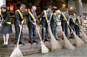 拝殿前を掃き清める出席者=富士吉田・北口本宮冨士浅間神社