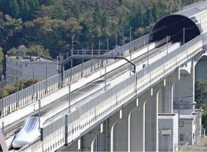 山梨リニア実験線で試験走行するリニア車両「L0系」。28日の運行を最後に、車体改良のために休止する=都留市小形山