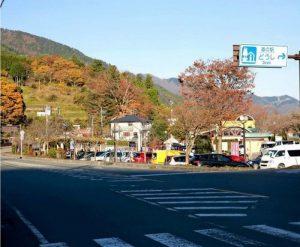 相模原市内の通行止めでツーリング客が減っている国道413号=いずれも道志村