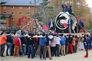 「ドラゴン太鼓」を担ぐイベント参加者=富士河口湖町西湖