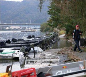 水位が上昇し、遊歩道が水没した河口湖畔=富士河口湖町小立