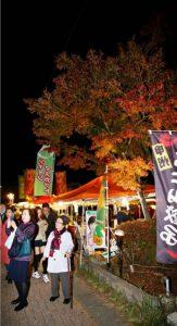 夜の紅葉楽しむ、富士河口湖