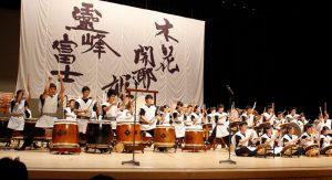 「霊峰富士 木花開耶姫」をテーマに、演奏披露された40周年記念ステージ=甲府・YCC県民文化ホール