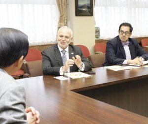 堀内茂市長を表敬訪問したハイメ・バルベリス大使(中央)=富士吉田市役所