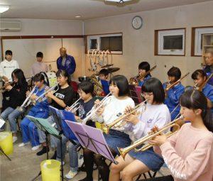 本番に向けて練習に励む富士吉田トランペット鼓隊のメンバー=富士吉田市内